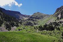 La cabecera del valle, con el pico de Perafita (2.752m) y el Monturull (2.759m).