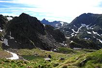 Mirada atrás, nos despedimos de la inconfundible silueta del pico de Escobes (al fondo).