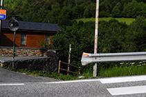 Camino que sale de la carretera y cruza el río Valira del Nord.