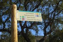 Detalle de la señal. Nosotros seguimos recto por el camino de Sant Onofre (itinerario 8).