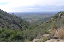 Mirada atrás desde el Rec de Sant Onofre: vemos la llanura ampurdanesa.