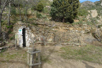 Detrás de la ermita hay una fuente y unos bancos de piedra.