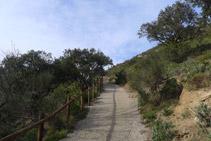 Continuamos la ruta por una pista que sale de la ermita en dirección O.