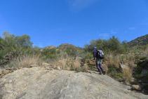 Pasamos por encima de unas grandes losas de piedra.