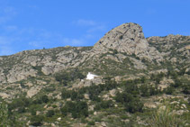 Durante el itinerario divisamos en todo momento la ermita de Sant Onofre a lo lejos.