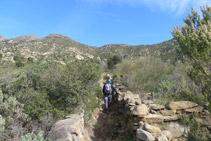 Caminamos entre muros de piedra seca.