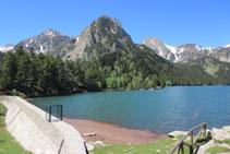 El lago de Sant Maurici y su pequeña presa.