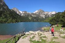 Es posible acercarse hasta casi la orilla del lago.