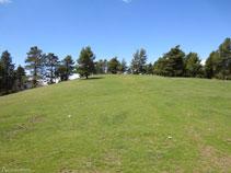 A la izquierda del camino hay la pequeña cima del Cap del Ras (1.718m).