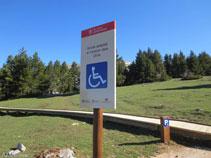 Señal indicadora del aparcamiento adaptado del mirador de Els Orris.