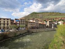 El río Segre cruza la población de Martinet.