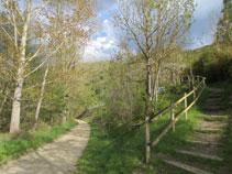 A mano derecha encontramos el sendero que nos llevaría hasta Montellá.