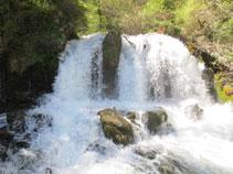 Salto de agua del Bastareny. El salto es espectacular.