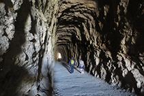 Caminando por el interior del primer túnel.