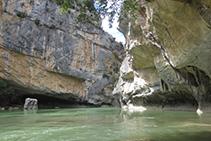 Los cambios de color de la roca de las paredes de la Foz son debidos a los desprendimientos de bloques de roca.