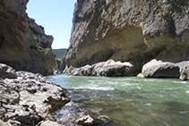 Bajamos hasta el lecho del río.