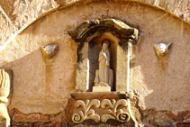 Detalle sobre la portada de la iglesia.