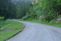 Seguimos por la pista asfaltada.