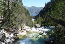 Desde el puente, mirada atrás hacia el lago del Gaube (N).