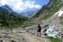 Avanzamos por un terreno propio de la alta montaña pirenaica.