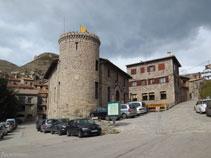 Entrada al pueblo de Castellar de n´Hug con la Casa de la Vila.