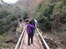 Durante el recorrido pasamos por diferentes puentes de madera.