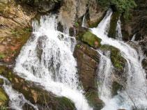 El agua sale de la roca caliza con fuerza.