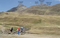 Al fondo, la imponente mole del Midi sobresale entre prados y laderas que deberemos de superar.