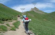 Desde el refugio se ve el camino que pasa por una tartera para luego subir suavemente por una ladera hasta el collado de Suzon.