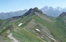 En el collado de Souzon detrás nuestro podemos observar el pico Saoubiste. Al fondo, el pico Palas y el Balaitús.