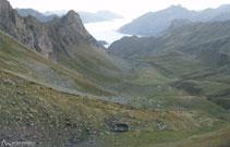 Confortable vivac a los pies del Midi. Enfrente, el inconfundible mar de nubes al fondo del valle francés.