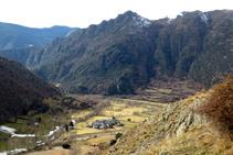 Vistas al valle del torrente de Esterri de Cardós, con Arrós de Cardós y la sierra Mitjana al fondo.