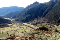 Vistas a la cuenca aluvial del torrente de Esterri, con Ainet y Ribera de Cardós al fondo del valle principal del río Noguera de Cardós.