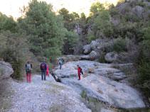 Saltamos para cruzar el barranco de Sant Pere e ir en dirección a la cueva de la Serpent.