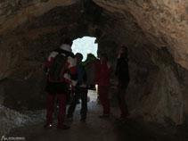 Hay muy poca luz en el interior de la cueva.