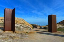 Estructuras de acero corten con la inscripción de una declaración de Dalí sobre el Paraje de Tudela.