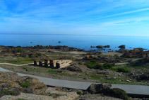 Vistas del mar y del mirador de la Gran Sala desde el mirador del Pla de Tudela.