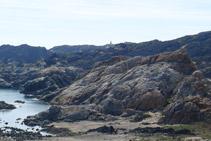 Al fondo, el faro del Cabo de Creus; desde el mirador de Pamperris.