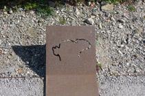Placa de acero corten con la forma de la roca dibujada (la silueta del conejo).