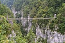 El espectacular puente colgante ante nosotros.