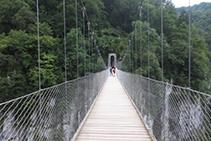 Caminando por la pasarela.