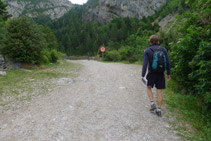 Cruzamos una barrera y continuamos remontando el valle de Bujaruelo.