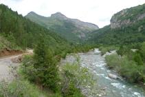 Avanzamos en paralelo al río Ara.