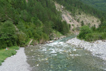 Río Ara, aguas abajo, desde el puente de Bujaruelo.