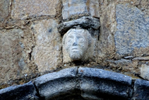 Figura románica en la iglesia de Gausac.