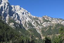 Al fondo a la derecha, el collado del Verdet, un balcón privilegiado de la cara N del Pedraforca.