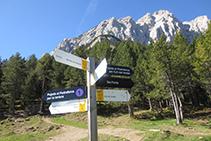 Cartel indicador del cruce de caminos situado junto al refugio Lluís Estasen.