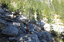 El camino cruza algunas canales con grandes bloques de roca.