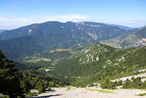 Vistas al valle de Gósol, Sorribes, la sierra del Verd y, lejos, el macizo del Port del Comte.