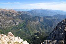 Vistas hacia el NO, con el santuario de Gresolet al fondo del valle, el Cadí, la Tosa de Alp y el macizo de Puigmal.